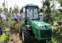 Maszyny podczas pracy w sadzie