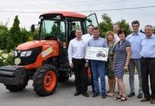 Nagroda Jubileuszowej Loterii Plantpressu w rękach zwycięzcy