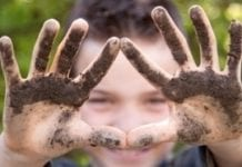 Prace w ogrodzie dobre także dla dzieci