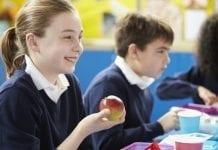"""Ministerstwo przygotowuje nowy program """"mleko, owoce i warzywa"""" w szkole"""