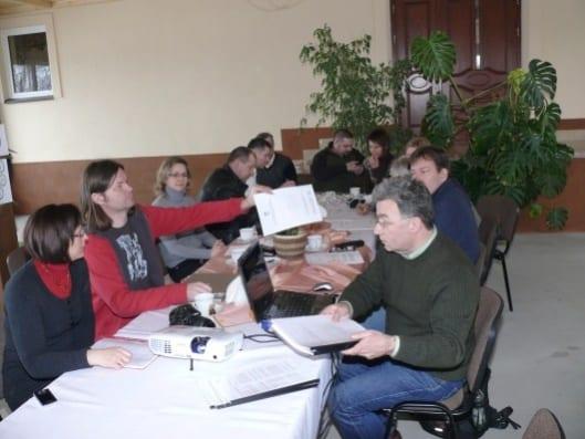 Uczestnicy spotkania dzielą się uwagami na temat ustawy i własnymi spostrzeżeniami co do jej egzekwowania przez urzędników poszczególnych jednostek nadzorczych