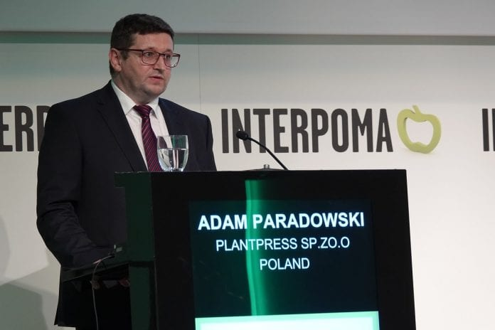 Adam Paradowski podczas swojej prezentacji przestawionej na Kongresie Jabłko na Świecie