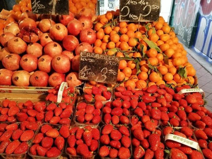 Owoce na Targu Naschmarkt - największym targu miejskim w Wiedniu - fot. P.Grel