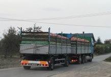 Sprzedane owoce opuszczają gospodarstwo sadownicze
