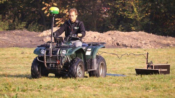 Yannick Smedts na quadzie, ktory ciagnie czujnik glebowy EM-38